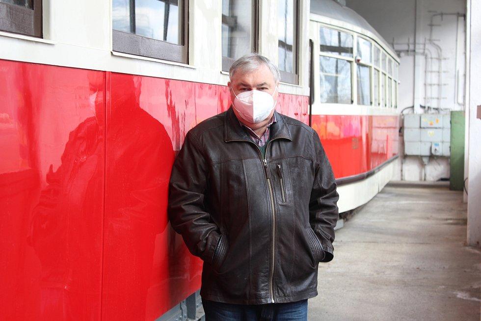 Jiří Boháček a depozitář historických vozidel Dopravního podniku Ostrava v Martinově.