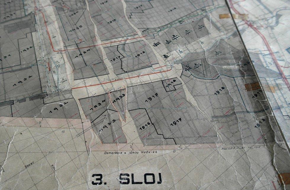 V mapových skříních uchovává státní podnik DIAMO desítky tisíc kartografických listů dokumentujících kde, kdy a jak na Ostravsku, Frýdecko-Místecku a části Karvinska kopali uhlí.