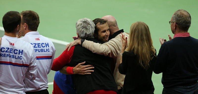 Radek Štěpánek v objetí s rodiči.