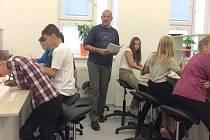 IAIN BENZIE v současnosti učí angličtinu, fyziku a biologii na ostravském gymnáziu PORG.