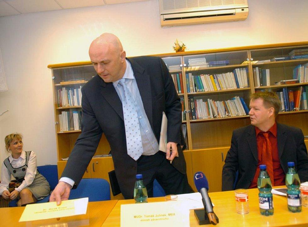 Ministr zdravotnictví Tomáš Julínek (vlevo) na tiskové konferenci v ostravské fakultní nemocnice. Vpravo ředitel FN Svatopluk Němeček