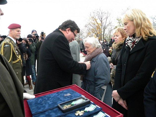 Tehdejší ministr obrany Alexandr Vondra předává vyznamenání paní Heleně Steblové.