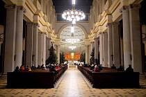 Noční pontifikální mše sv. v katedrále Božského Spasitele. Celebrantem bohoslužby byl biskup Martin David. 24. prosince 2020 v Ostravě.