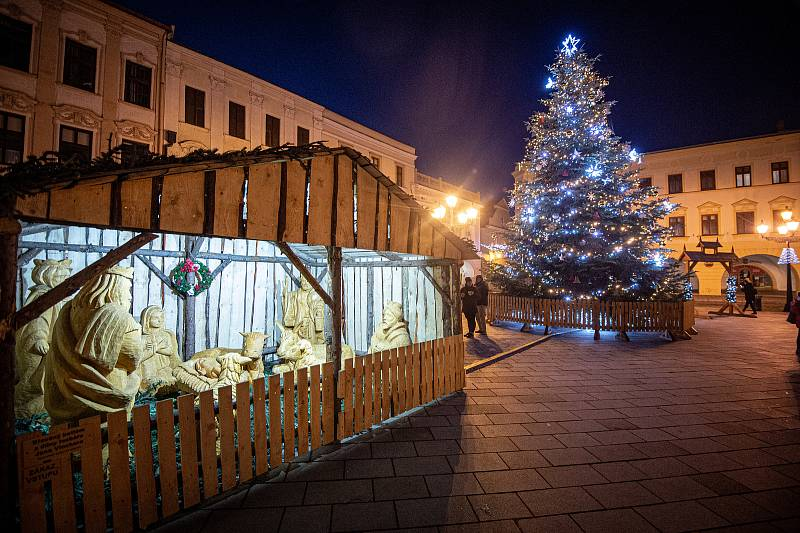 Vánoční strom v Novém Jičíně na Masarykově náměstí, 8. prosince 2020.