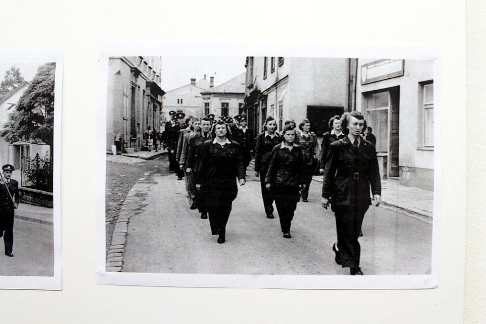 Unikátní záběry z požárů v Odrách v první i druhé polovině dvacátého století či hasičskou soutěž v prostoru bývalé dostihové dráhy nabízí výstava věnovaná 150. výročí vzniku SDH Odry.