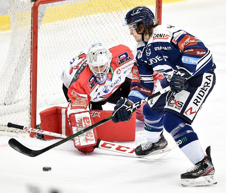 Utkání 24. kola hokejové extraligy: HC Vítkovice Ridera - HC Dynamo Pardubice, 4. prosince 2020 v Ostravě. (zleva) brankář Pardubic Pavel Kantor a Alexandre Mallet z Vítkovic.
