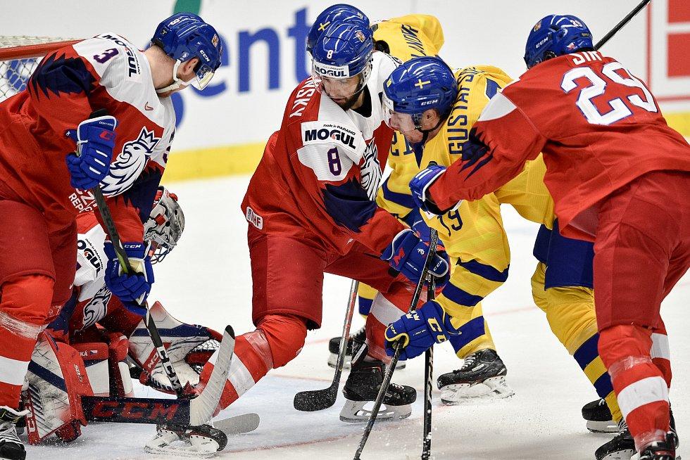 Mistrovství světa hokejistů do 20 let, čtvrtfinále: ČR - Švédsko, 2. ledna 2020 v Ostravě. Na snímku (střed) Libor Zabransky a David Gustafsson.