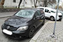 Červená Škoda Felicia z místa odjela, na stejném místě se ale zanedlouho objevil VW Golf. Řidič naštěstí pro sebe odjel dříve, než také dostal botičku.