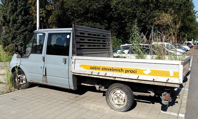 Odstavený pickup sporostem na korbě před kulturním domem Poklad vOstravě-Porubě.
