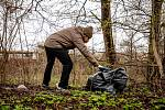 Pojďte s námi uklízet Ostravu. To byla dobrovolnická akce, jejíž cílem bylo uklidit okolí od odpadků a nepořádku kolem Slezskoostravského hradu, 17. dubna 2021 v Ostravě. Odpadky uklízel i primátor Ostravy Tomáš Macura.