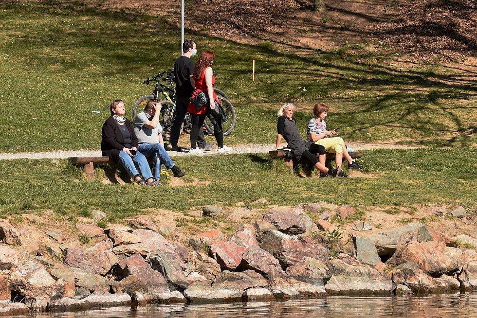 Teplé slunečné počasí lákalo o velikonočním víkendu lidi ven v celé republice.