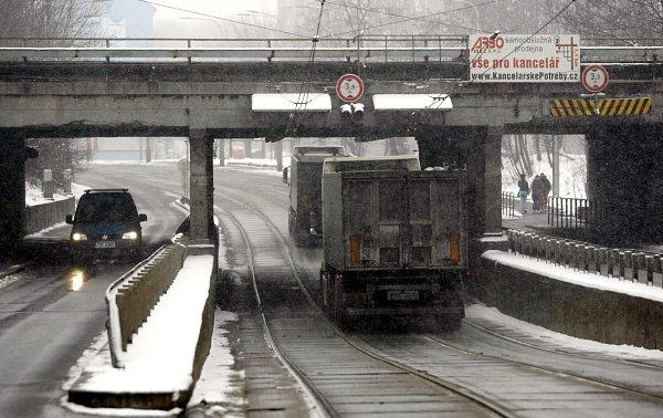 Podjezd vHlučínské ulici vOstravě-Přívoze střeží elektronický zabezpečovací systém. Pokud je vozidlo vyšší než 3,8metru, řidič je na to včas upozorněn. Ale už předtím varuje řidiče olimitní výšce nová dopravní značka (vpravo).