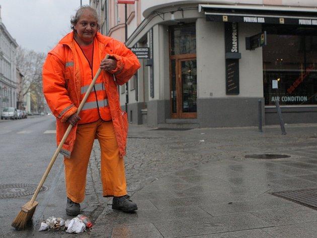 Zaneřáděná Stodolní. Ulice zábavy v centru Ostravy žije nejvíce v pátek v noci. V sobotu ráno jsou zde po předchozím dovádění znatelné stopy – spousta odpadků na zemi.