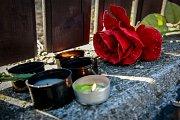 U domu Věry Špinarové lidé v pondělí zapálili svíčky a položili k jeho plotu zpěvaččiny oblíbené růže.