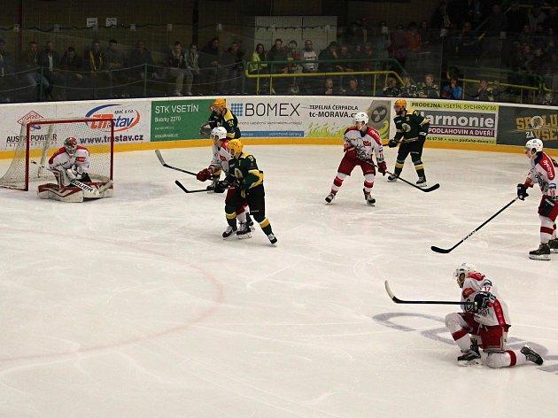 Třetí utkání finálové série II. hokejové ligy - skupiny Východ mezi domácím VHK Robe Vsetín (zelenožluté dresy) a HC Torax Poruba. Domácí Vsetín zvítězil 3:2 po samostatných nájezdech a zajistil si postup do kvalifikace o WSM Ligu. Utkání na zimním stadio