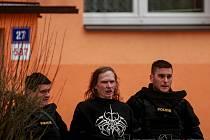 Policisté vedou muže, který v Ostravě vyhrožoval odpálením granátu.