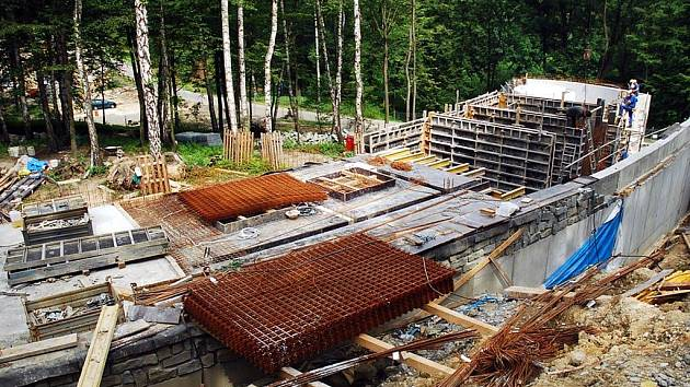 Stavba medvědince v ostravské zoo
