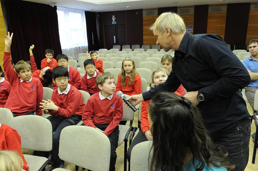 Školáci z ostravské 1st International School se ve středu setkali se známým horolezcem Leopoldem Sulovským.