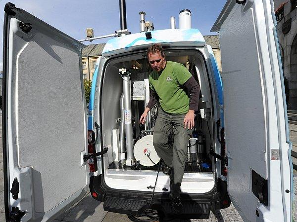 Vůz na mobilní měření znečištění ovzduší před Novou radnicí vOstravě.