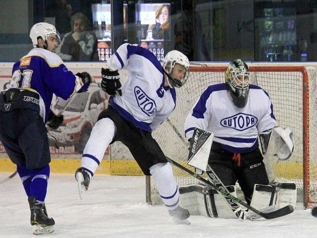 NOVOJIČÍNSKÉ béčko (v bílém) se o první bodový zisk v sezoně může pokusit už v sobotu po obědě, kdy hostí Horní Benešov.