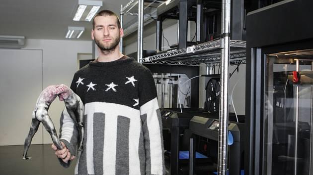 Adam Krhánek kybersochař vytváří sochu lišky Bystroušky pro Hukvaldy.
