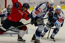 DAVID KVĚTOŇ (v červeném) v úterý dokázal vstřelit podruhé v sezoně Plzni gól. Jeho trefa však tentokrát k vítězství nepomohla.