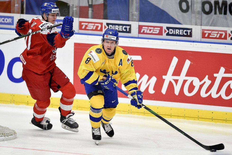 Mistrovství světa hokejistů do 20 let, čtvrtfinále: ČR - Švédsko, 2. ledna 2020 v Ostravě. Na snímku (zleva) Matej Pekar a Rasmus Sandin.