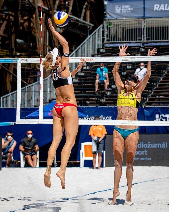 J&T Banka Ostrava Beach Open, 3. června 2021 v Ostravě. Markéta Nausch Sluková (CZE) a Amaranta Fernández Navarro (ESP).
