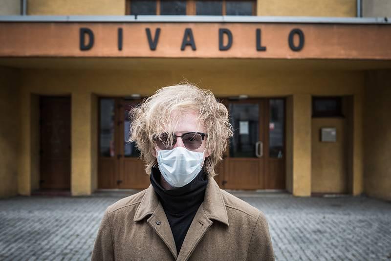 Koronovirová pandemie zasáhla také divadla, která musela zavřít a přišla tím o velkou část svých příjmů. Na snímku umělecký šéf Divadla Mír Štěpán Kozub.
