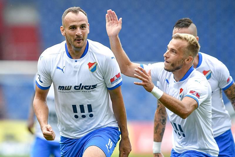 Utkání 2. kola první fotbalové ligy: Baník Ostrava - Fastav Zlín, 1. srpna 2021 v Ostravě. (zleva) David Lischka z Ostravy a Nemanja Kuzmanovic z Ostravy se radují z gólu.