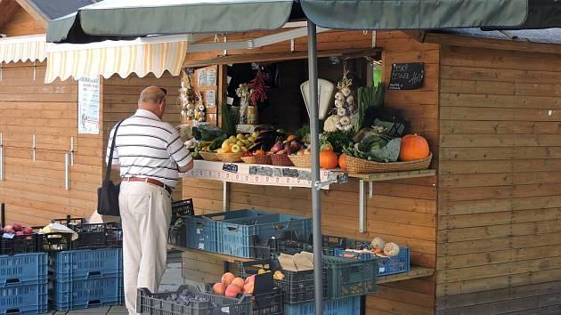 STÁNEK s ovocem a zeleninou na Kuřím rynku je v centru Ostravy jedním z minima prosperujících.