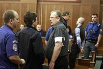 Na lavici obžalovaných usedl podnikatel Radomír Vybíral a dalších šest mužů. Podle státního zástupce při machinacích se spotřební daní připravili stát o půl miliardy korun.