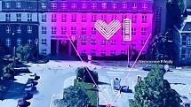 Takto by měla nasvícená budova nemocnice vypadat večer.