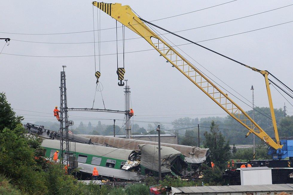 Zaklíněná lokomotiva na místě tragické nehody rychlíku EuroCity ve Studénce na Novojičínsku, snímky z 9-8. srpna 2008