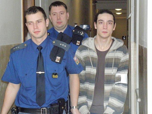 Do jednací síně přivedla eskorta Juraje Zelenku v poutech, ven již odcházel jako svobodný člověk.