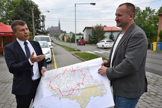 Náměstek hejtmana pro dopravu Jakub Unucka (vpravo) sředitelem SS MSK Tomášem Böhmem.