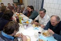 V charitním domě svatého Františka v Ostravě-Vítkovicích připravili pro bezdomovce na Štědrý den večeři