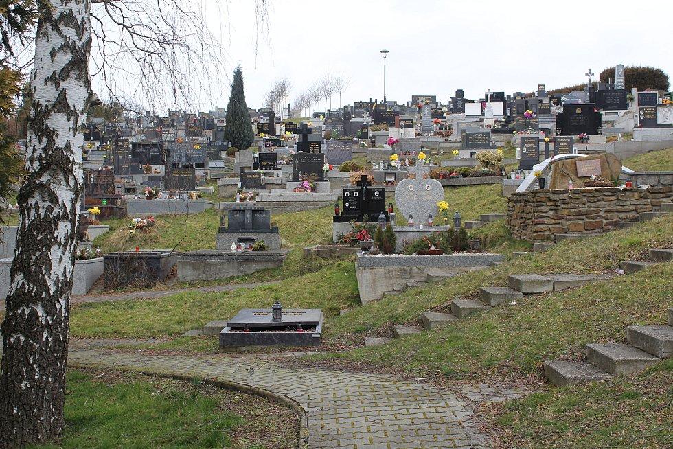 Hřbitov v Plesné prochází třetím rokem rekonstrukcí. Nyní se dělají přístupové chodníky k hrobům.