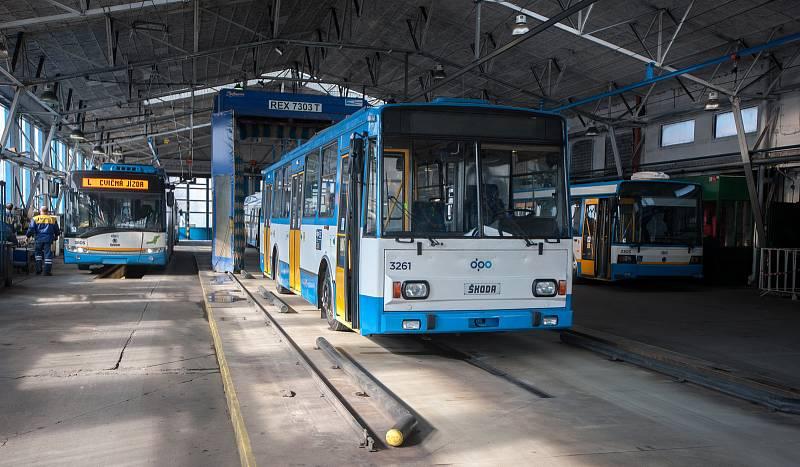 Snímek z archivu Deníku k DPO. Trolejbusy s označením 14Tr a 15Tr, a nízkopodlažní typ 27Tr Solaris.