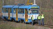 Kloubová tramvaj jedoucí z Vřesiny na místě, kde začala brzdit