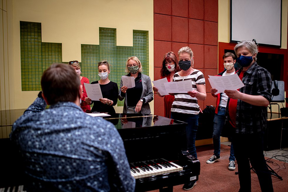 Sbor devíti lidí a sólistů souboru nahrává v Divadle Antonína Dvořáka Kaťušu pro partnerské město Volgograd, 29. dubna 2020 v Ostravě.