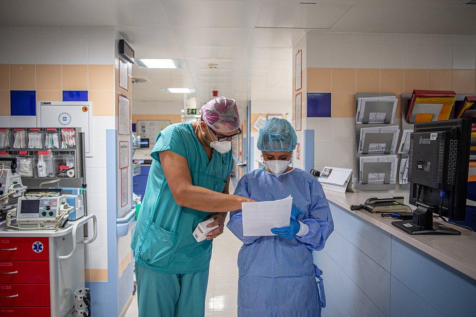 Oddělení resuscitační a intenzivní medicíny (ORIM 3) ve Fakultní nemocnic Ostrava (FNO), 7. října 2020 v Ostravě. Oddělení ORIM 3 je vyhrazeno pro pacienty s onemocnění koronavirem (COVID-19). Staniční sestra Tomáš Glac.