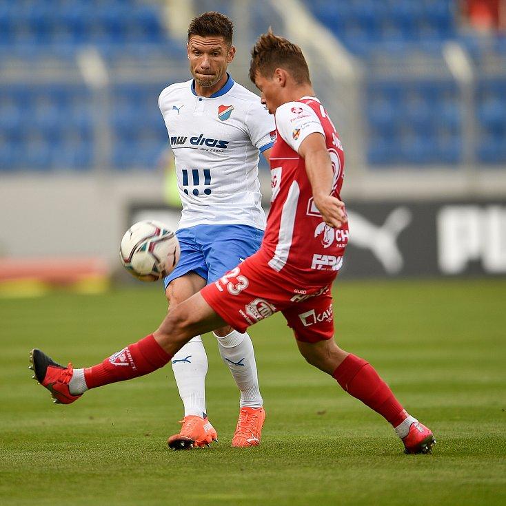Utkání 4. kola první fotbalové ligy: FC Baník Ostrava - FK Pardubice, 19. září 2020 v Ostravě. Martin Fillo z Ostravy a Michal Surzyn z Pardubice.