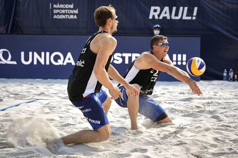 Turnaj Světového okruhu v plážovém volejbalu kategorie 4*, 6. června 2021 v Ostravě. Ondřej Perušič (vlevo), David Schweiner z ČR.