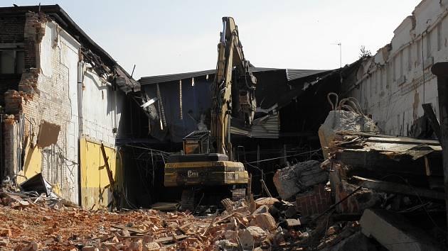 Demoliční stroj se v sobotu zakousl do budovy nových jatek.