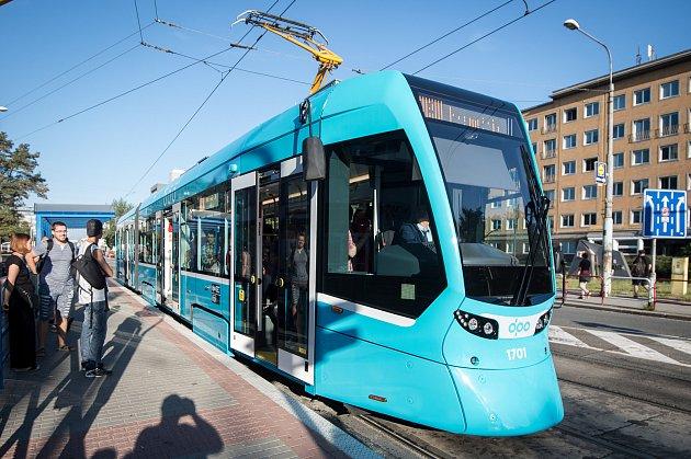 Nová švýcarská tramvaj Tango NF2 nOVA. Na svou první jízdu Ostravou iscestujícími  vyrazila vpondělí 13.srpna 2018zMartinova po trase linky číslo 4.