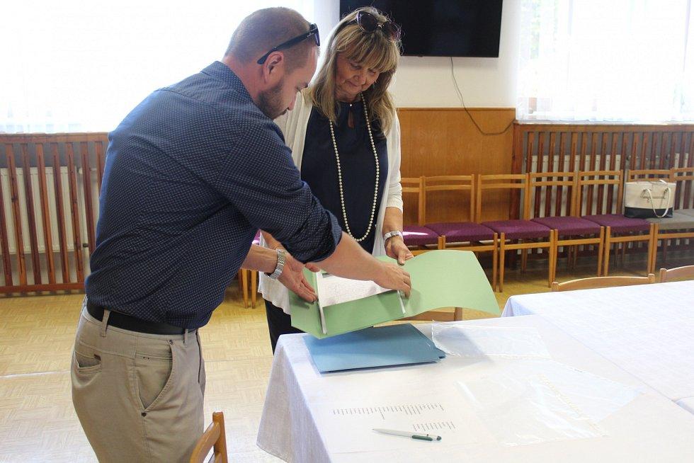 Starostka Krmelína Yveta Kovalčiková předává podpisové archy.