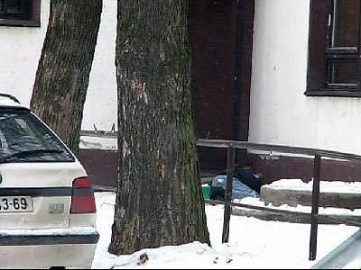 Místo, kde v byl nalezen v Klimkovicích zavražděný muž. V pozadí vpravo je ve vaku mrtvola zavražděného muže
