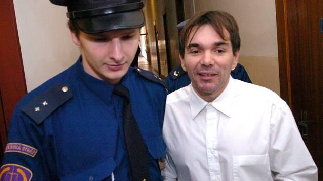 Roman Zubík se účastnil předchozích hlavních líčení. Na vyhlášení rozsudku 8. dubna nepřišel.