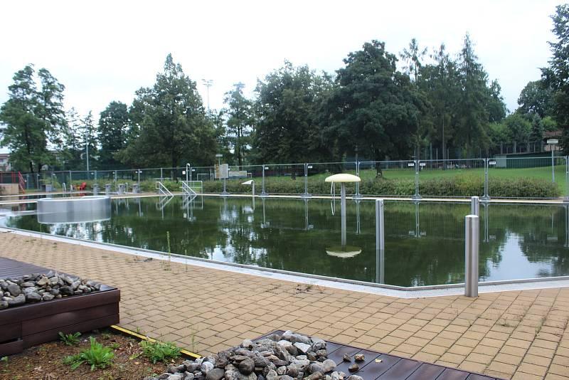 Sportovní areál ve Vratimově s fotbalovým hřištěm a koupalištěm, kde nyní probíhá výstavba nové budovy se zázemím.